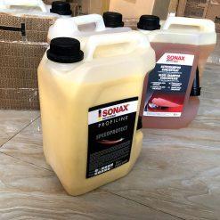 Dung Dịch Tạo Bóng Sơn Nhanh Sonax Speed Protect 5L Sonax Speed Protect chứa sáp carnauba tự nhiên sử dụng để tạo độ bóng cao và bảo vệ bề mặt sơn. Tạo bề mặt đậm màu với độ bóng sâu ấn tượng. Sử dụng nhanh chóng, bảo vệ lâu dài! Chứa sáp carnauba tự nhiên. Nhanh chóng và tiết kiệm, đặc biệt đối với các trung tâm chăm sóc xe chuyên nghiệp. Dung dịch làm bóng sơn nhanh Sonax Speed Protect chứa sáp carnauba tự nhiên. Sáp Carnauba tự nhiên giúp bảo vệ sơn, tạo bề mặt sáng đẹp với độ bóng sâu ấn tượng. Đánh bóng và bảo vệ bề mặt sơn xe ô tô. Dùng cho tất các màu sơn xe Bề mặt sơn trở lên sáng đẹp, độ bóng cao và hiệu ứng lá sen nổi bật. Sản phẩm Sonax, CHLB Đức Dung tích 5 lít / can (*) Cách Sử Dụng - Rửa xe, làm sạch bề mặt sơn trước khi làm bóng - Đổ dung dịch ra một chiếc bình phun dung dịch chăm sóc xe - Phun đều dung dịch lên trên bề mặt sơn - Dùng khăn lau xe sạch mềm lau lại để đạt độ bóng tối đa - Nếu dung dịch đánh bóng đã khô, chỉ cần phun lại rồi lau ngay